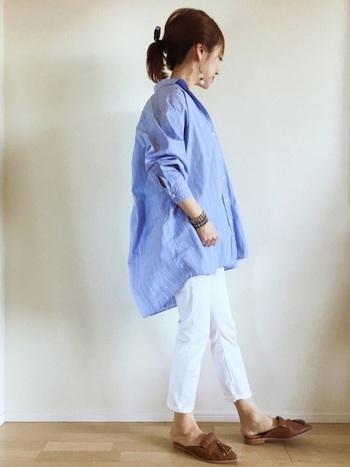 さわやかなブルーのストライプシャツに、白のパンツを合わせて。オーバーシャツには、細身のパンツを合わせれば失敗がありません。素足にローファーで、さらにさわやかに。