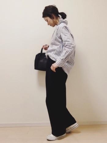 オーバーシャツに、さらにオーバーサイズなパンツを合わせて。裾を前側だけインしているのが、バランスよく見せるコツです。重くなり過ぎないように、シャツのカラーと足元は、明るめカラーを。