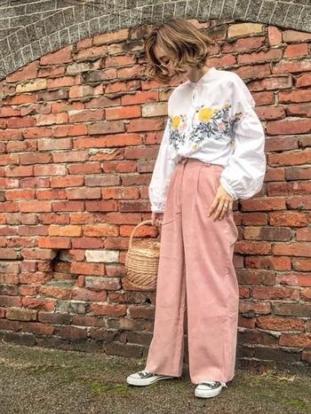 花柄にピンクのバギーパンツで、誰よりも春らしさ満点に。丸メガネ+ボヘミアンな雰囲気が70年代風にも見えます。遊び心たっぷりなので、足元はスニーカーでシンプルに。
