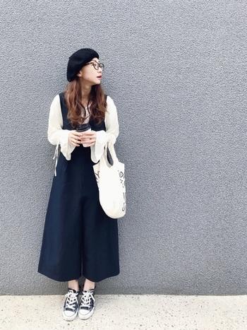 袖口にポイントのあるブラウスなら、オーバーオールのキュロットでも、しっかり主張ができます。ベレー帽やメガネのかっちり感と、全体のゆるっとしたシルエットの対比がポイントです。