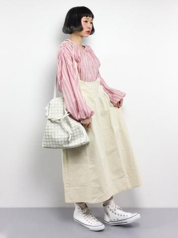 個性的なピンクのオーバーシャツは、全身を淡い色でまとめて統一感を。ハイウエストのスカートで、ブラウスの見える面積を調整することで、強すぎるイメージにならないようにまとめています。