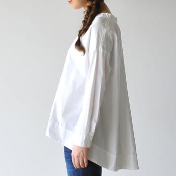 オーバーシャツとは、ゆるりとしたシルエットのシャツのこと。ちょっぴり着丈が長かったり、袖が肩から下がっていたりするのが特徴です。  独特なシルエットとサイズ感だけに、上手く着こなせば一気にお洒落上級者に見えそうですよね。