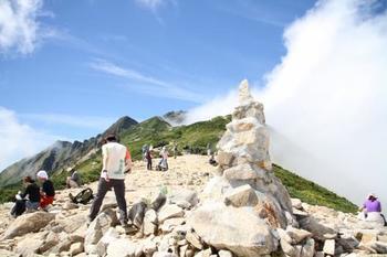 丸山ケルンから唐松岳を臨みます。青空と山の緑のコントラストがとっても美しですね…。