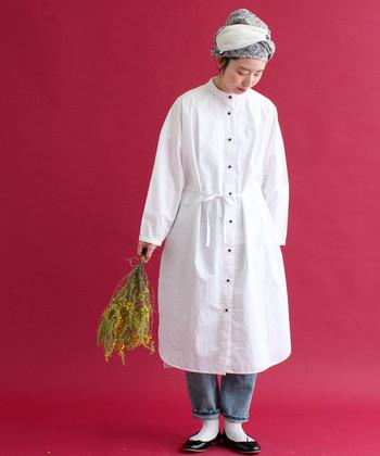 ふんわりワンピースもパンツをあわせてシンプルな着こなしに。帽子をあわせると、より縦が強調されて身長が高く見える効果も。