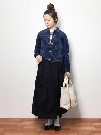 スカートも同じです。スカートの上品な印象を崩すことなく、きれいめをキープ!カジュアルアイテムとあわせても、雰囲気を壊すことはありません。