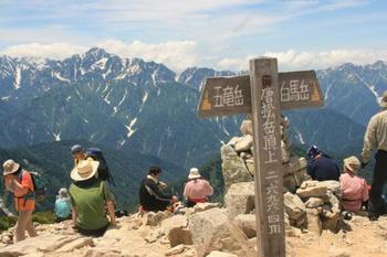 リフト終点より4時間程。唐松岳の登山は、ゴンドラやリフトを乗り継ぐことが出来るので、登山初心者さんにもおすすめです。