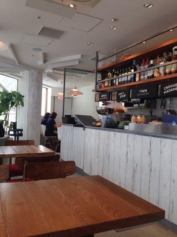 """JR桜木町駅・北改札すぐの駅ビルCIAL(シアル)内に、1Fがテイクアウトベーカリー、2Fがベーカリーカフェの「カフェアンデルセン」があります。アンデルセン店舗に併設するイートインスペースをより進化させ、お手本とするデンマークの""""食を楽しみ、日々の暮らしを大切にする""""生活を提案する新しいスタイルのカフェ。通常のベーカリーメニューに加え、ワインやビールを含めた様々なドリンクメニューを展開し、気軽に利用できます。"""