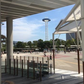 店内片面ガラス張りで、桜木町駅の駅前広場やその先のみなとみらいの景色を眺められて、開放感も抜群です。