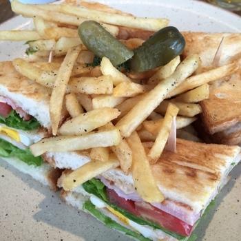 その他にも、サンドイッチのランチやパンケーキなどもあり。モーニング、ランチ、ディナー限定のメニューもあり、その時々でいろいろな楽しみ方ができます。