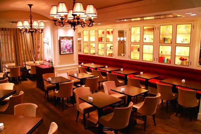 ランドマークタワーの隣、クイーンズスクエア横浜にあるフランス発の紅茶専門カフェ。パリのティーサロンに来たような落ち着いた店内は女性に大人気です。