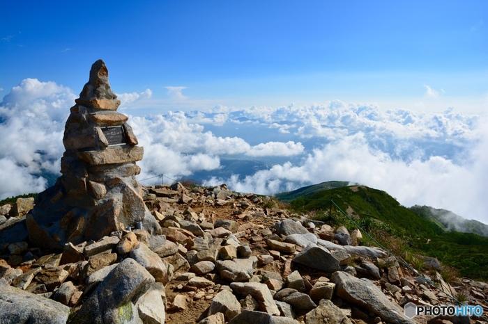 人の手によって石が積まれてできた「ケルン」。唐松岳では登山途中の1つの目安や目標、集合場所などとして用いられています。