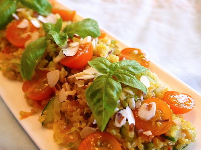 キヌアで食べ応えと栄養価もアップするごちそうサラダに。メインとしても充分なサラダで、おもてなしにもよろこばれそう!