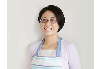 輸入食材店で働いていた経験を生かし、世界中の料理を簡単レシピで紹介するヤミーさん。2006年1月に料理ブログをスタートすると、作りやすさと面白さからたちまち話題になりました。