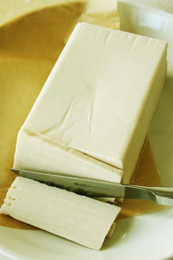 ココナッツオイル、ナッツミルク、オリーブオイルで作るヴィーガンバター。ヴィーガンレシピで意外と無くて困るのがコレ。 ヴィーガンレシピに不足しがちなコクを補ってくれます。