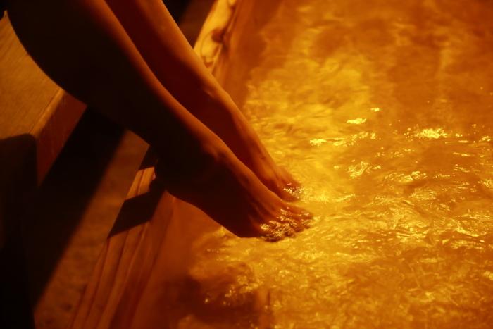 """泉質は無色透明のアルカリ性単純泉。""""美肌の湯""""としても知られ、とろとろの美容液のように肌あたりはなめらかです。"""