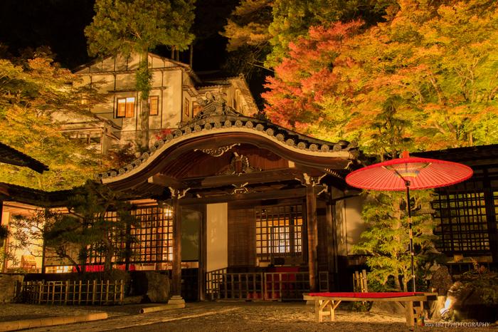 白鷺が舞い降りて温泉のありかを知らせたという言い伝えが残る「温泉寺」は、1671年に建立されました。白鷺に成り変わった伝えられる薬師如来像が祀られています。紅葉の季節はより情緒があり、美しいですね…。