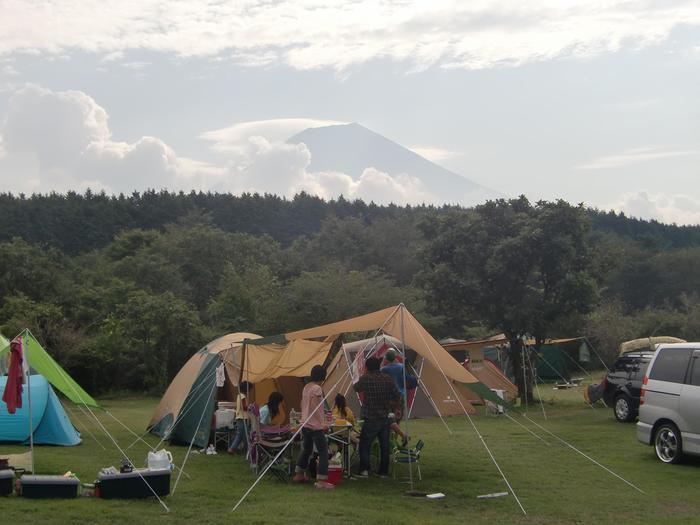 「朝霧高原ジャンボリーオートキャンプ場」は、高原の林の中にあるオートキャンプ場。「朝霧高原」は、日帰りでも楽しめますが、折角なら気持ちのよい高原に宿泊しましょう。