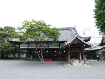 阿弥陀堂門(本堂門)を入って左側の和合所がショップに、右側の茶所内がダイニングカフェとなっています。