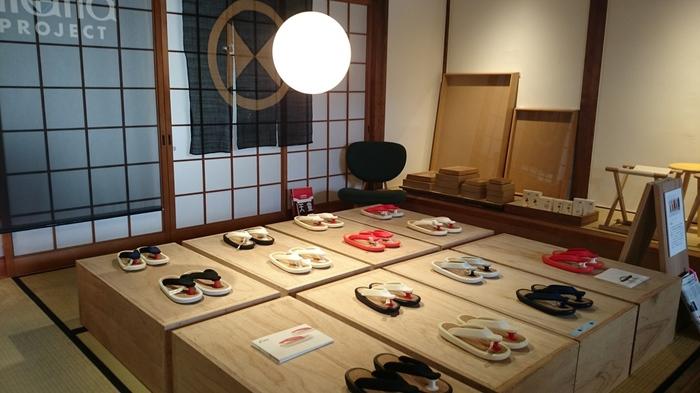 京都らしい柔らかい色合いの商品が並んでいます。  眺めているだけでも心地よい気分になれそうです。