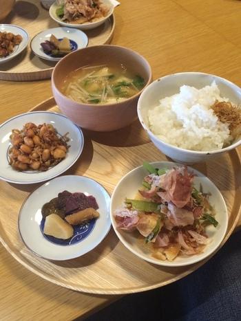 素朴で健康的な京都定食です。  1000円前後でお食事が楽しめます。500円前後のお茶やスイーツも充実しています。ランチのメニューは三種類。焼きおむすびのだし茶漬けや今月のうどんもあります。