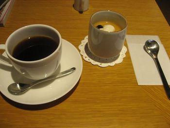 柳桜園のお茶を使ったほうじ茶のムースとUnirのコーヒー。  中村製あん所のあんこを使ったぜんざい、千鳥酢のサングリアなど京都の名品を使った美味しいメニューが沢山です。