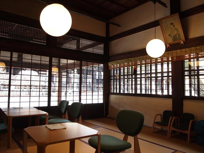 金曜、土曜は20時まで開いています。  夜の時間の食堂は柔らかな灯りに包まれて、ゆったりした時間が過ぎていきます。