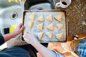 小麦粉やバターなどの素朴な原料や素材で作られるスコーン。イギリスでは、ティータイムに欠かせないお菓子として親しまれています。家庭でお母さんが子供のために手作りするおやつでもあるので、ひとつひとつの形や味が異なり、作り手の優しさと愛情がたっぷり詰まっています。