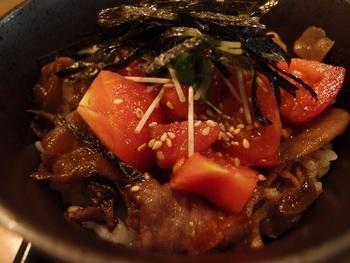飛騨亭では、下呂の特産品であるフルーツトマトと飛騨牛を使った「トマト丼」がおすすめ!ラーメン、サラダが付いたお得なセットも。