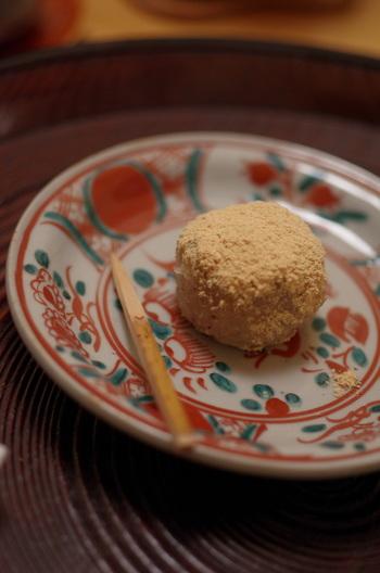 こちらは、和菓子のような趣を感じる蕎麦饅頭。お蕎麦とならぶ人気の一品です。