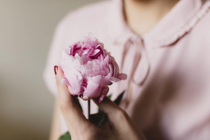 そばにあるだけで心がほぐれていく「花」。もっと素敵に、お花をおうちに飾りませんか?何気ない部屋の一角を素敵にいろどってくれるお花の相棒、フラワーベースをご紹介します。