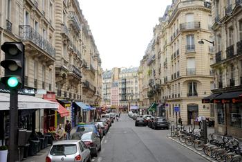 パリの街並みと空気感、そこに生きる人々。躍動感と静寂、光と影のコントラスト。多彩な顔を持つパリ。クチュールの豊かな感性がここで育まれ、白いキャンバスから美しい色彩が一気に溢れ出します。彼は50年過ごしたパリから、フランス南西部の美しい街ペリグーへとアトリエを移します。
