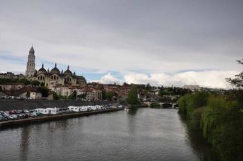 ペリグーはフランス南西部、ヌーヴェル=アキテーヌ地域圏の都市。ボルドーとブリブラガイヤルドとの間に位置します。自然豊かで美味しい人気店が建ち並ぶペリグーは、フォアグラやトリュフなどが豊富な美食の街です。