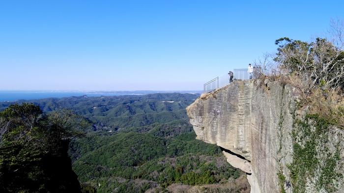 千葉県内房総に位置する「鋸山」は断崖絶壁でスリル満点のスポット!この「地獄のぞき」なるスポットからは、房総半島を一望でき、恐怖心を勝る絶景を望むことが出来ます。