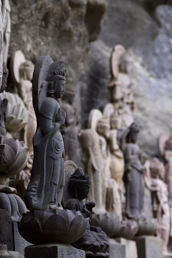 地獄のぞきを体感した後の下り坂には、自分に似ている石像に出会うことが出来るといわれている、千五百羅漢道(せんごひゃくらかんどう)があります。