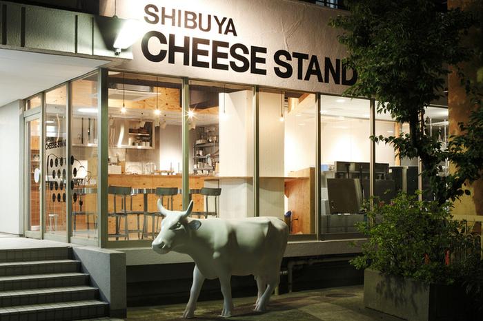 「街に出来たてのチーズを」をコンセプトに、2012年にオープンした「渋谷チーズスタンド」。代々木公園駅から徒歩6分、渋谷駅からは徒歩10分ほどのところにあります。