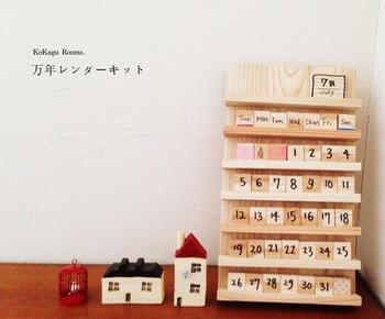 木のブロックで作る万年カレンダーならずっと飾って使えます。パーツを一つずつ手で書いて、自分だけの暦を作りましょう。木目の優しいインテリア、大切な人への贈り物にも喜ばれそうです。
