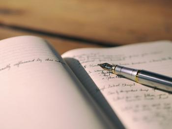 今の正直な気持ちを自分だけのノートや手帳に書き出してみましょう。後から見直せば、どうして落ち込んだのか、そのポイントや原因、心の動きの癖がだんだんと見えてきます。  もしくは嫌なことや心のモヤモヤを何でも紙に書き出し、ぐしゃぐしゃにして捨ててしまうと、かなりスッキリします。