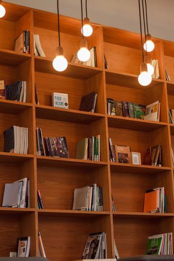 本屋さんや図書館には、たくさんの人生の先生がいます。今までの自分の考え方よりも、もっと効率的な考え方の本に出会ったり、物語の主人公が困難な環境をどう乗り越えていくのかを、本から学ぶことができるからです。