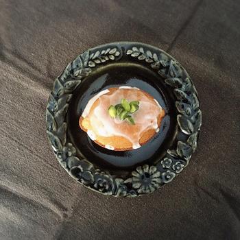 黒のお皿も料理が美しく見える色と言われています。料理の色とお皿の黒のコントラストが印象的に映ります。