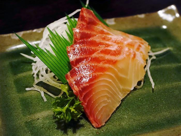 実はお刺身との相性が抜群なのも緑。日本食の盛り付けで使われる笹の葉などのバランと同じ効果が期待出来ますね。