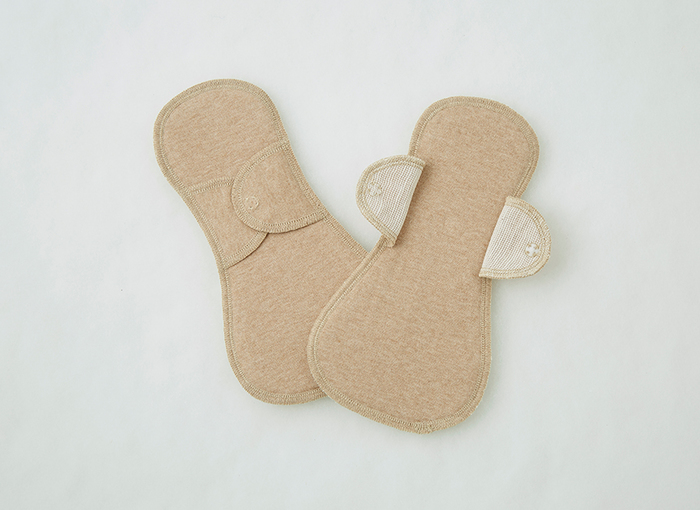 本体と吸収体がひとつになっている一体型の布ナプキン。使い捨てナプキンのように丸ごと交換して使います。小さいおりもの用から、大きいサイズの夜用まで、用途に合わせて選んでみて。