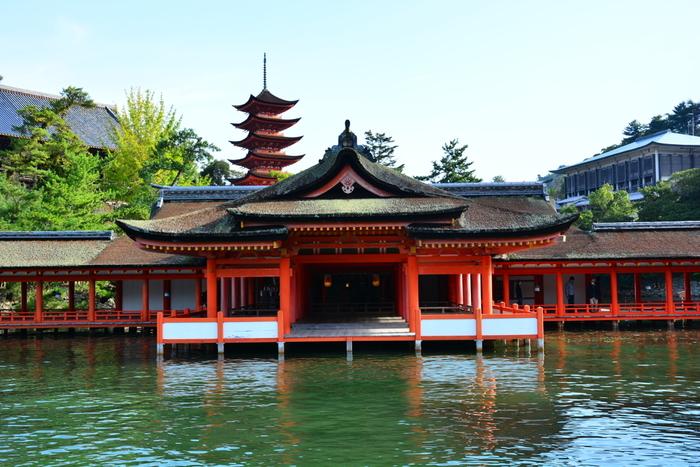 社殿を中心とする厳島神社と、全面の海やその背後の弥山原始林(天然記念物)など、宮島全島の14%に及ぶ広い範囲が、世界文化遺産に登録されており、見どころが満載!