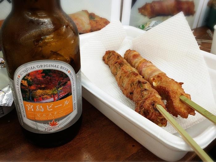 まず、押さえておくべき宮島グルメはにぎり天! 絶景を眺めながら、揚げたてアツアツのにぎり天を片手にビールを飲んだら最高です♪