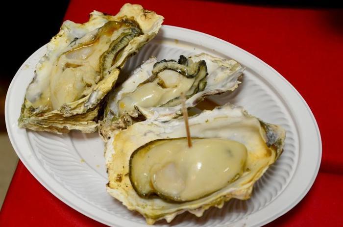 広島が誇る「牡蠣」♪ 宮島では、目の前で大粒の牡蠣を焼いてもらってテイクアウトできるので、食べ歩きするのもおすすめ。 ビール片手に外で食べる焼き牡蠣も絶品!