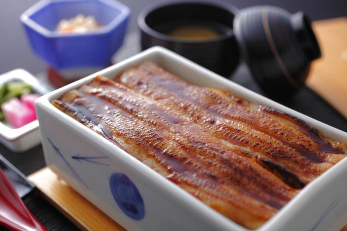 広島の海の幸「牡蠣」に劣らず人気の郷土料理といえば、宮島名物「あなごめし」。 有名店は行列ができるので、事前に電話注文しておいてテイクアウト、という手段もあります♪