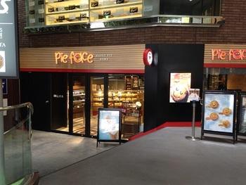 オーストラリア・シドニー発の『パイフェイス』は、ミートパイとコーヒーを中心としたパイ専門店です。一号店の渋谷店は「MODI」の1Fにあります。人気のミートパイは本国オーストラリアのレシピを基本に、日本人の口に合うよう改良されているそう。