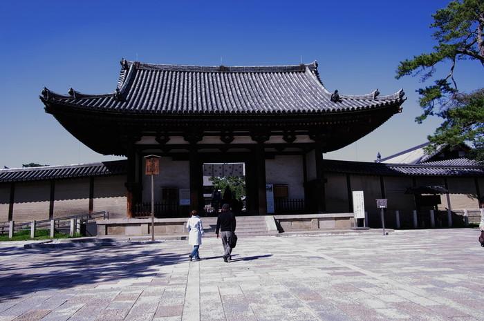 法隆寺境内の入り口の一つで、圧倒的な存在感を放つ南大門は、国宝に指定されています。現存する南大門は、室町時代・1438年に再建されたものです。