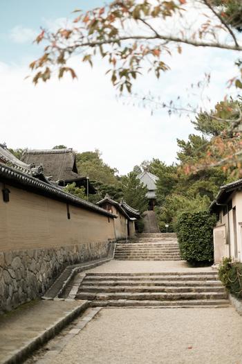 西円堂への道は、屋根付きの土塀が続く風情ある路地です。静かな路地を歩きながら、法隆寺が建立された遠い飛鳥時代へ思いを馳せてみてはいかがでしょうか。