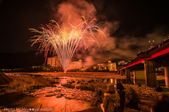 下呂温泉の魅力のひとつに、冬の夜空を彩る花火があります。12月の毎週土曜日には、『下呂温泉花火ミュージカル冬公演』1月~3月の毎週土曜日は、『冬の下呂温泉花火物語』が開催されています。