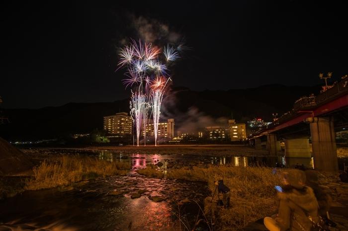 下呂大橋の下から飛騨川の川原に向かって打ち上げられる花火は、約10分間行われます。下呂温泉で、観光や温泉を楽しんだ一日の終わりに…名物の夜空のシューを楽しみましょう♩